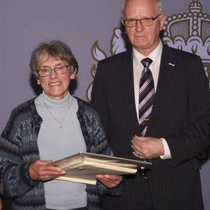 Voorzitter Jac Janssen met laatste prijswinnares Maria van Dalen